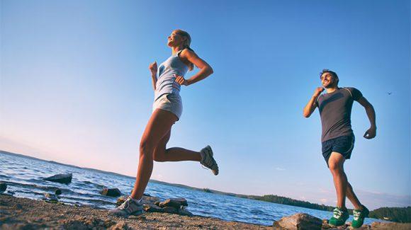 ¿Te gusta hacer deporte en la playa? Descubre cómo evitar lesiones