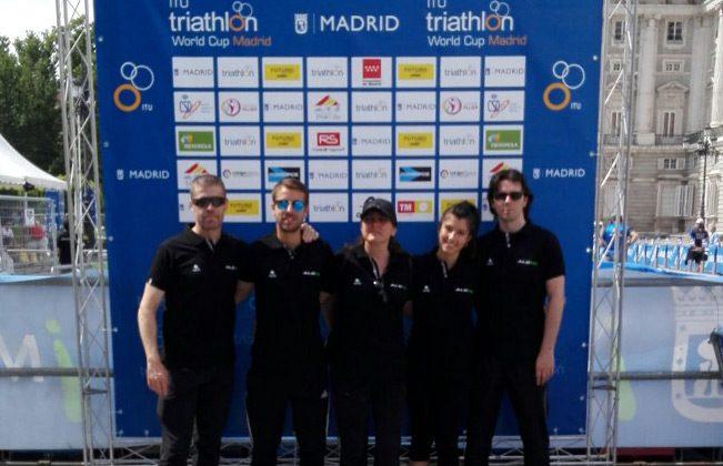 El equipo al completo colaborando en la Copa del Mundo de Triatlón